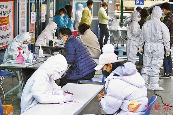 ■韓國疑似病患接受醫護人員檢疫。  美聯社