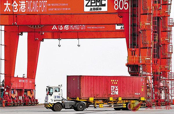 ■宗長青說,外資企業跟內資企業一樣受到疫情帶來的不利影響。圖為車輛在江蘇太倉港貨櫃碼頭裡運輸貨物。 新華社
