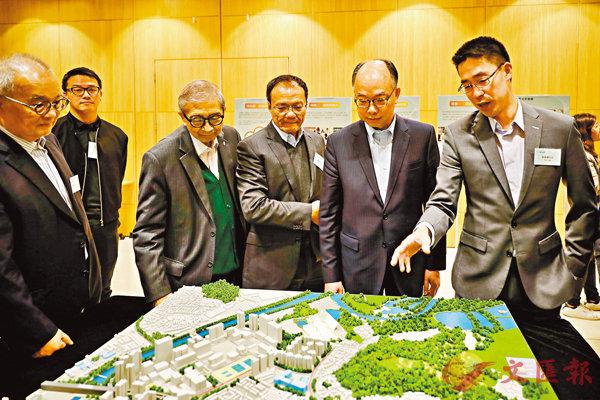 ■運房局局長陳帆等出席新地1月10日舉行的「同心村」過渡性房屋計劃公佈活動,並參觀模型。 資料圖片