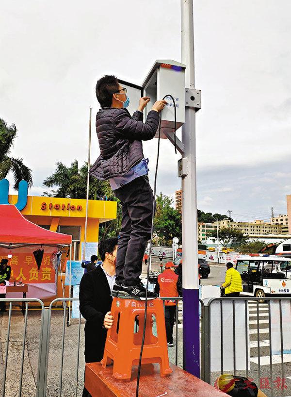 ■深圳企業復工受到疫情影響。圖為雲天勵飛員工加班在光明某社區部署AI測溫系統。 記者李昌鴻  攝