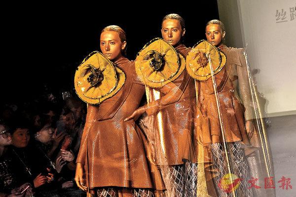 ■紐約時裝周,模特展示胡社光品牌新款服飾。