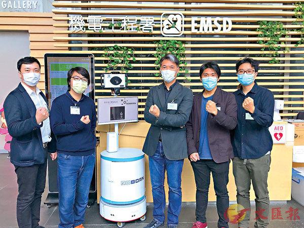 ■潘嘉陽教授(右三)與麥騫譽博士(右二)共同研發防疫機械人