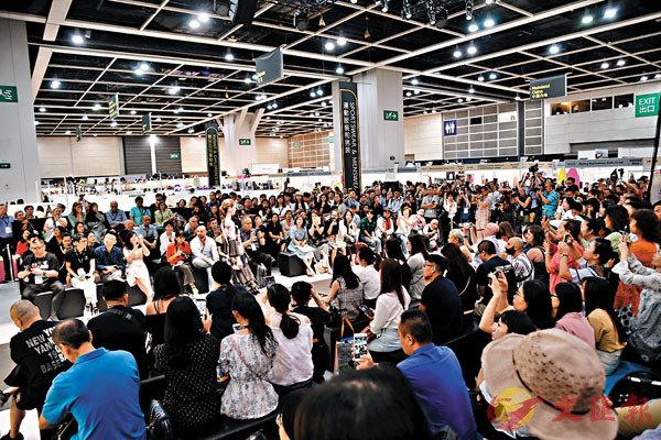 ■去年7月的香港時裝節春夏系列展覽,吸引來自多個國家及地區過萬名買家入場參觀採購。 中新社