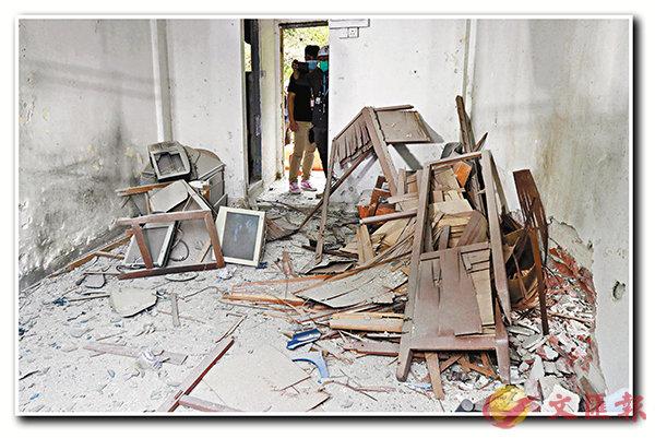■引爆後,現場只剩頹垣敗瓦,牆身(右下)更被炸出一個洞來。 香港文匯報記者  攝