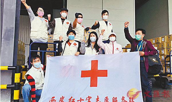 ■兩岸紅十字義工多次協助當地紅十字會去機場搬運海外僑胞捐贈運回的物資。 受訪者供圖