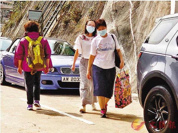■市民提早前往掃墓。 香港文匯報記者  攝