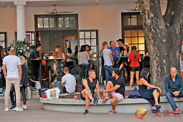 ■昨日黃昏,中環大館內餐廳酒吧人頭湧湧,很多都沒有戴口罩。 香港文匯報記者 攝