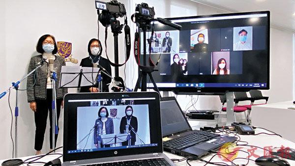 ■秦家慧(左)及潘偉賢示範網上直播運作。 香港文匯報記者 攝