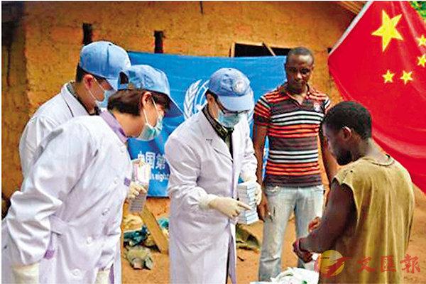■中國醫療隊在非洲為病人治療。 網上圖片