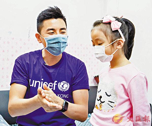 ■洪永城教小朋友正確的洗手方法。
