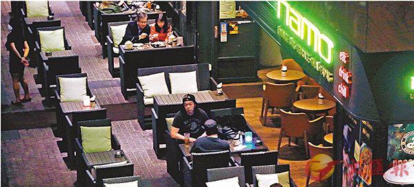 ■ 若大幅增加�^與�^之間的距離,小型食肆或難以營業。 香港文匯報記者  攝