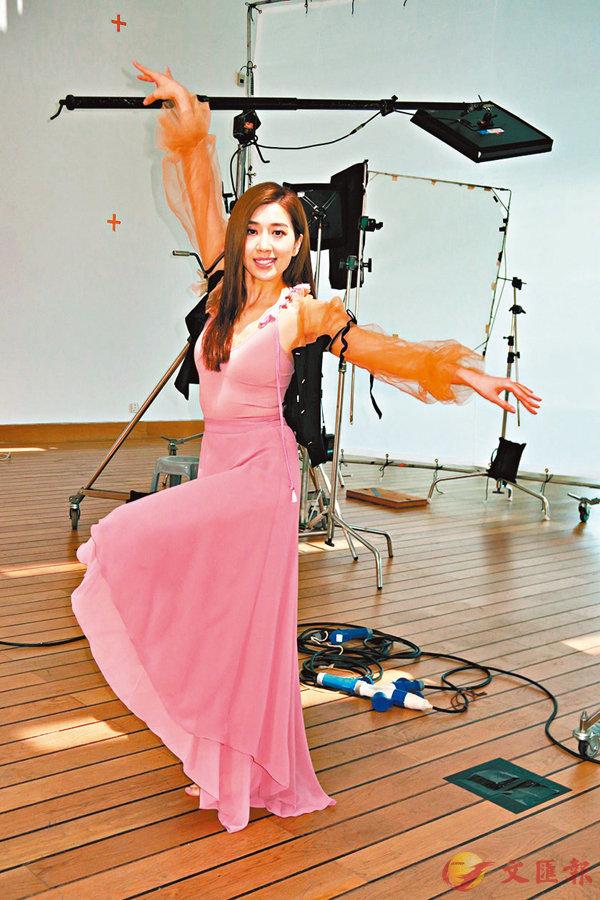 ■黃智雯提早半年聘請教練操肌和練舞。