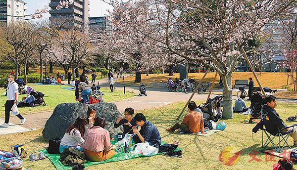 ■ 日本賞櫻人數急增。 彭博社