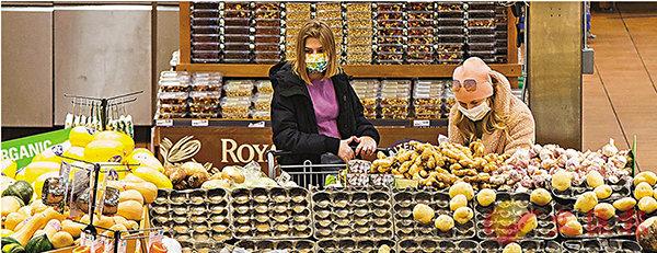 ■ 加拿大超市有民眾戴上口罩。 新華社