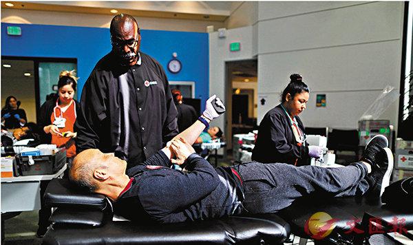 ■ 加州市民在疫情下獻血。 路透社