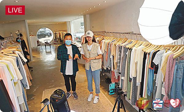■服裝廠長應梅瓏(左)和帶貨網紅一起做直播。 記者敖敏輝  攝