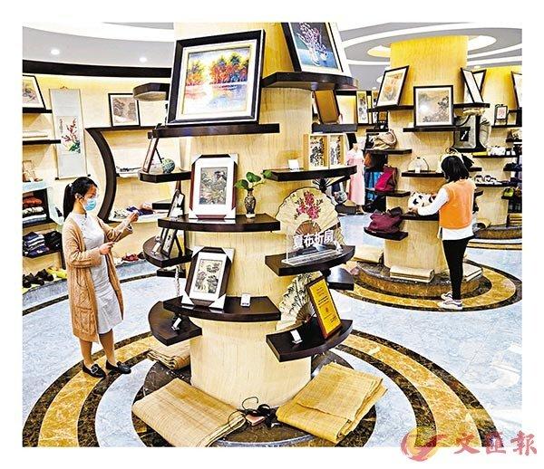 ■夏布小鎮的門店目前已有序復工,有琳琅滿目的夏布工藝品以供消費者選購。