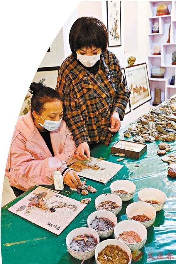 ■盛愛萍(右)指導女兒創作石藝畫。