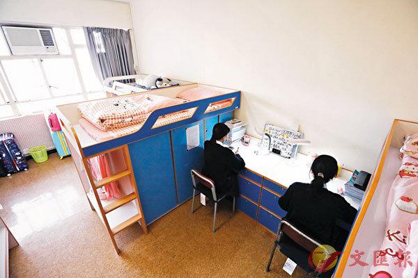 ■ 宿舍房間,也是學生溫習衝刺的地方。 香港文匯報記者  攝
