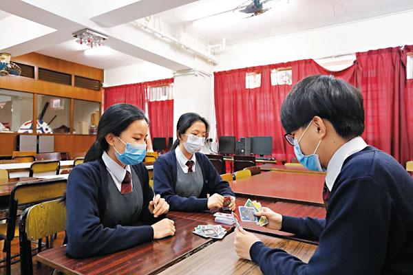 ■ 學生會在宿舍內玩UNO,調劑一下枯燥的自修生活。 香港文匯報記者  攝