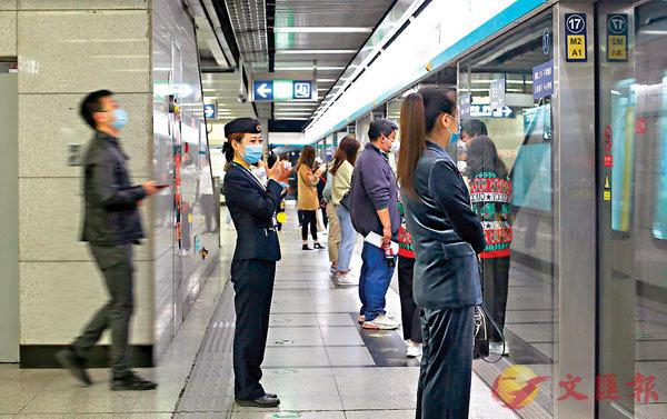 京港地鐵工作人員進行客流監測。
