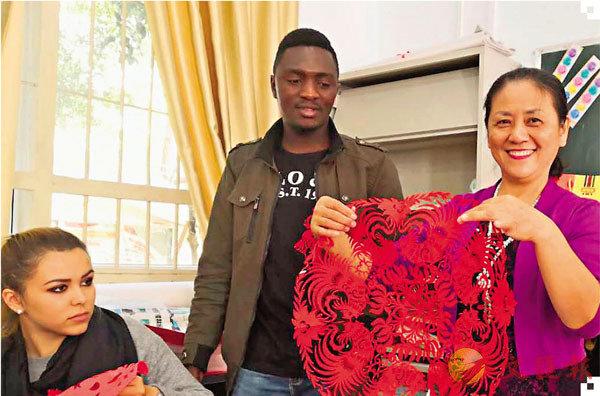 ■外國遊學團和留學生慕名而來學習閔江紅的剪紙課。 受訪者供圖
