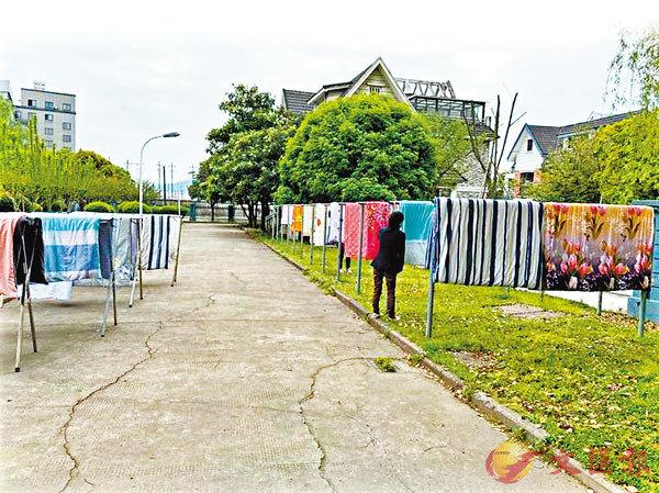 ■ 校園裡到處曬�茼P學們的被子。 網上圖片