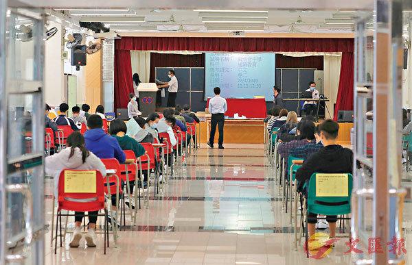 ■ 昨日開考的通識科有逾4.7萬人報考。 香港文匯報記者  攝