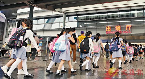■ 圖為跨境生過關前往香港上學。 資料圖片