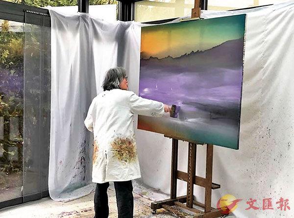 ■視頻中觀賞者能看到藝術家進行創作的環境。