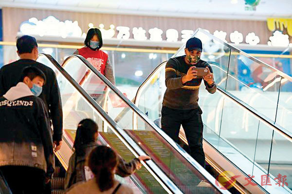 ■王立軒在商場拍攝實景並分享到國外。