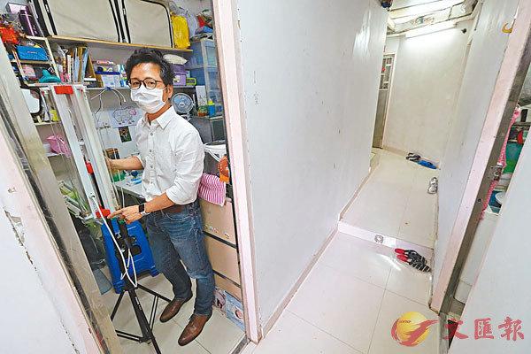■高永賢示範利用由嶺大自行設計及組裝的紫外光消毒器,為�茤衩欓r。香港文匯報記者  攝