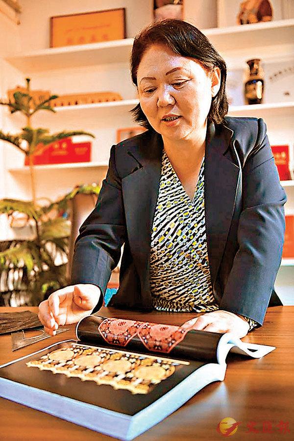 ■金艾斯古麗在展示她收集的傳統紋樣。