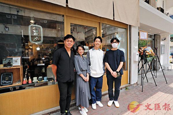 ■蔡瀚億(右二)日本茶道相展開幕大合照。