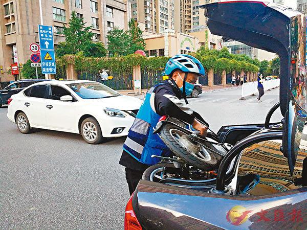 ■收好摺疊電單車,王師傅準備替客人開車。