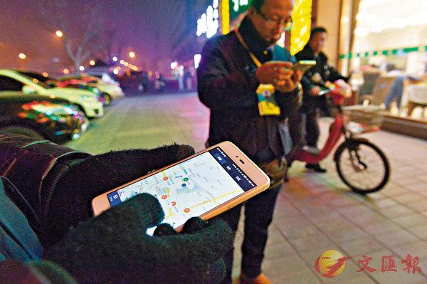 ■夜晚是代駕司機生意最旺的時候,很多代駕司機守在食肆酒吧外透過App接受預約。 資料圖片