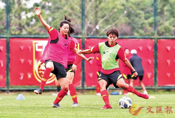 ■ 王霜(右)回歸,參與中國女足訓練。 新華社