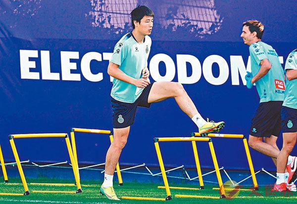 ■ 武磊(左)出席愛斯賓奴訓練。 新華社
