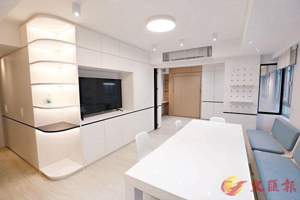 ■Bizhouse四樓546呎單位,此桌面可伸縮,梳化亦可移動,遠處為隱藏壁式睡床。 香港文匯報記者  攝