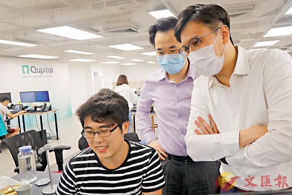 ■陳盛源(中)稱香港的技術人員不算特別多,要找到好的人才有難度。