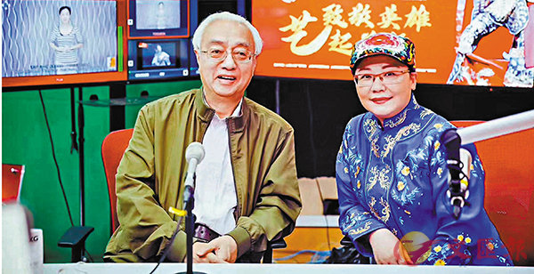 ■上海戲曲藝術中心黨委書記、上海崑劇團團長谷好好(右)與崑曲名家蔡正仁在5月17日的直播室內與觀眾、聽眾互動。 上海崑劇團提供