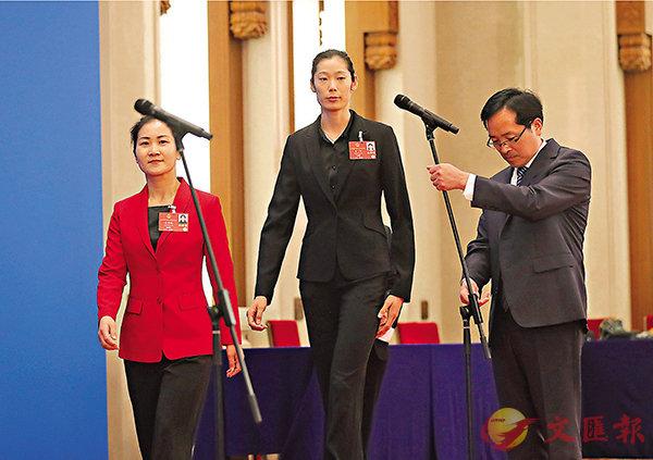 ■ 朱婷(中)出席「代表通道」採訪活動。 中新社