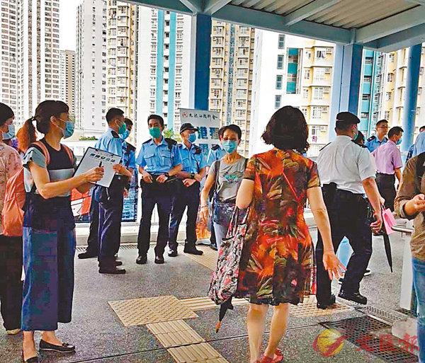 ■九龍社團聯會在九龍灣擺街站遇襲,警員到場調查。 網上圖片