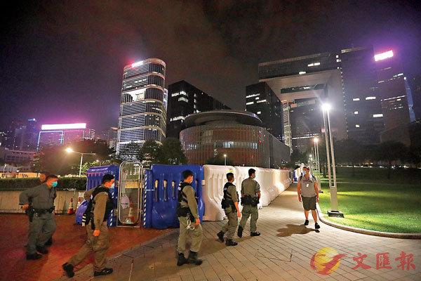 ■昨夜,立法會周圍全副裝備的警員巡邏,偶然有人經過。 香港文匯報記者 攝
