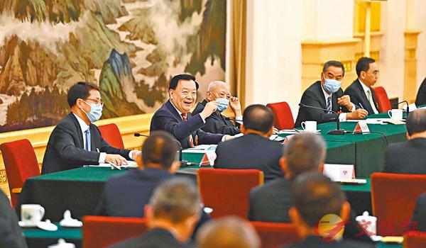 ■ 夏寶龍在兩會期間看望香港特區全國政協委員。 港澳辦網站圖片