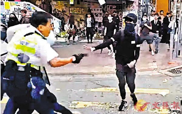 ■警署警長當日共開三槍,其中一名暴徒中一槍及被控三項罪。