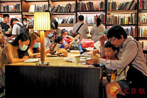 ■誠品敦南店5月31日最後一天營業,不少親子讀者到店享受最後的閱讀時光。 中央社
