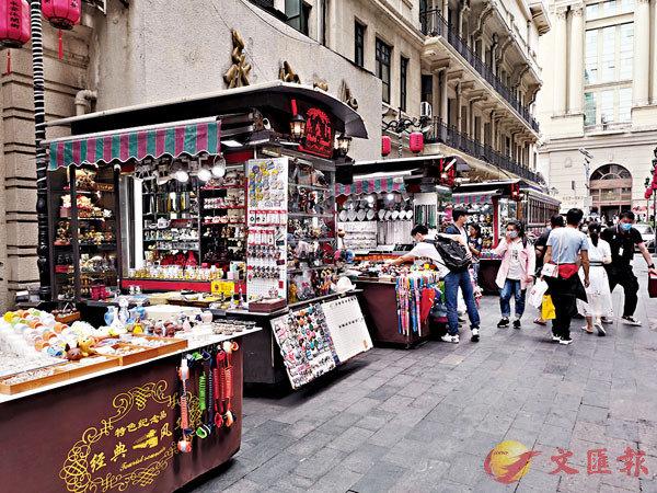 ■上海知名南京路步行街延伸路段,多出了多個「攤位」。 倪夢璟  攝