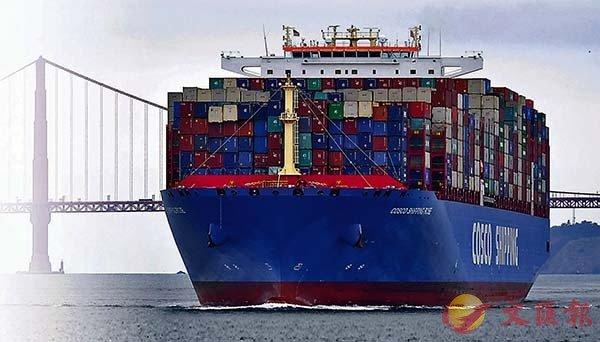 ■ 中方堅決反對美國將33家中國相關機構和個人列入出口管制「實體清單」。圖為中遠海運貨櫃船駛經美國金門大橋。 資料圖片