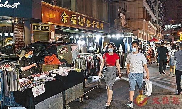 ■武漢在院患者數量清零。圖為日前市民在武漢保成路夜市消費休閒。 新華社